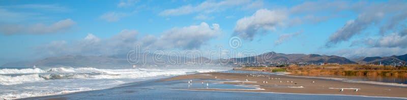 Agua de mar de la onda que desborda en el estuario de la boca del río Santa Clara en Ventura California los E.E.U.U. fotos de archivo