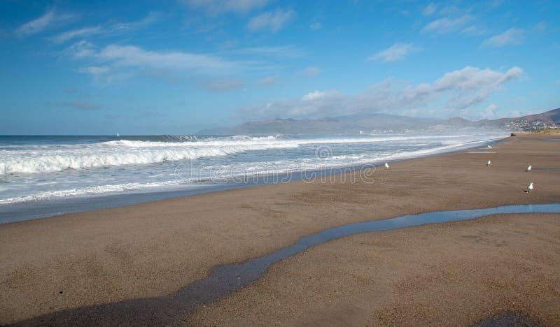 Agua de mar de la onda que desborda en el estuario de la boca del río Santa Clara en Ventura California los E.E.U.U. imagenes de archivo