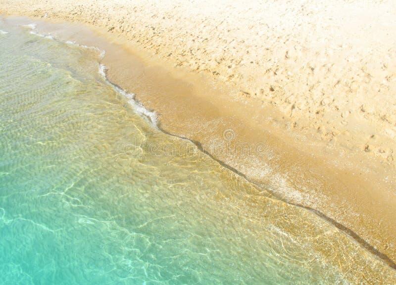 Agua de mar de la onda y superficie de la arena fotos de archivo