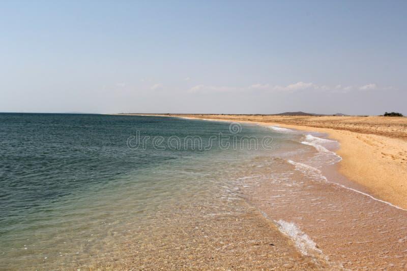 Agua de mar transparente sobre la playa de la arena imágenes de archivo libres de regalías