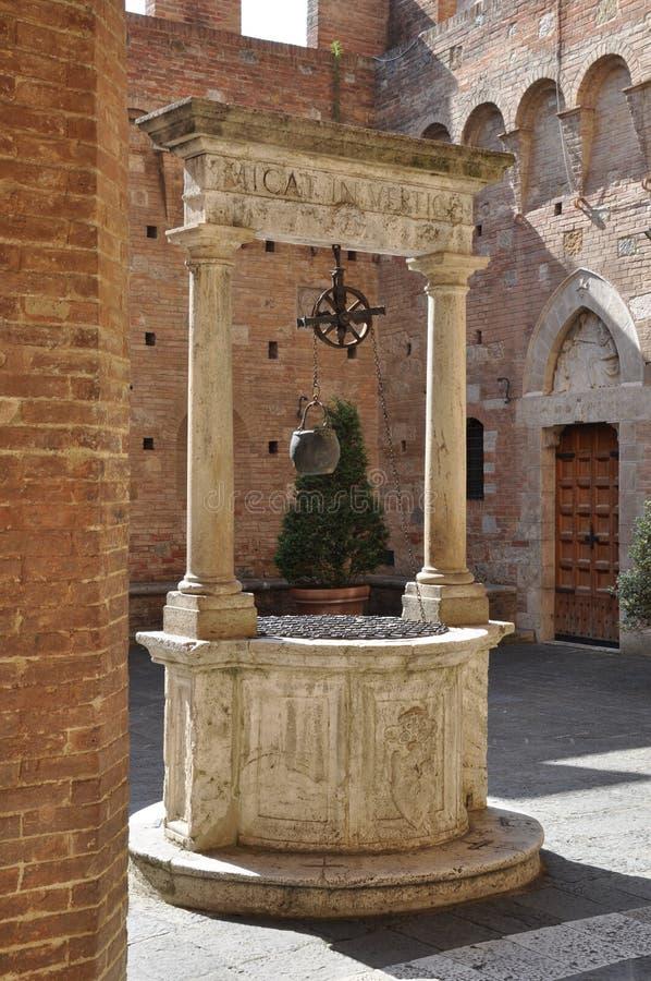 Agua de piedra vieja bien en Toscana imágenes de archivo libres de regalías