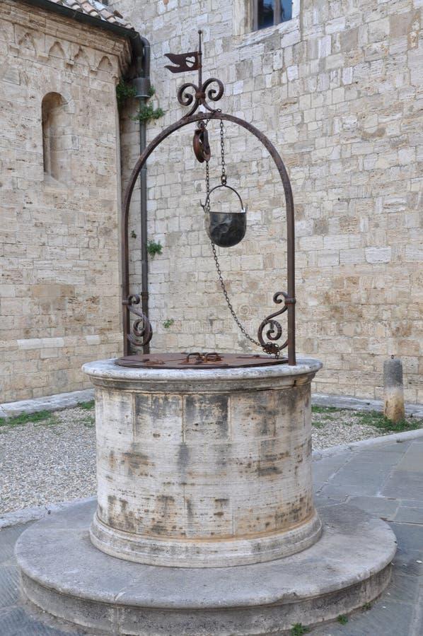 Agua de piedra vieja bien en Toscana fotos de archivo libres de regalías