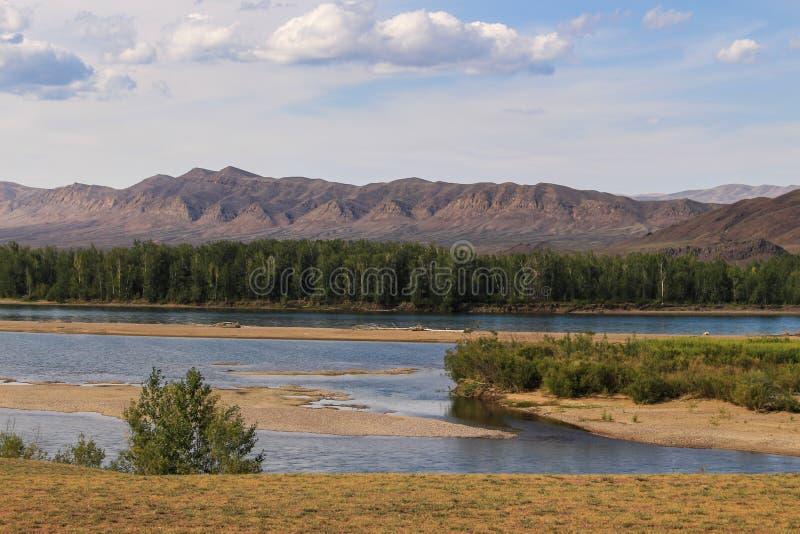 Agua de río clara, montañas, bosque en un día de verano caliente fotos de archivo