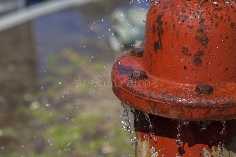 Agua de rociadura de la boca de incendios que se escapa foto de archivo
