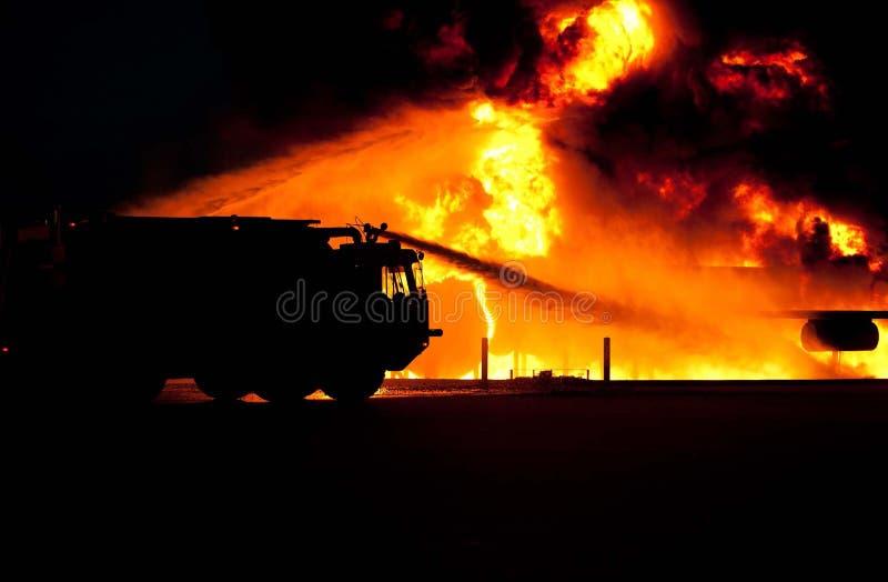 Agua de rociadura del Firetruck en el fuego fotos de archivo