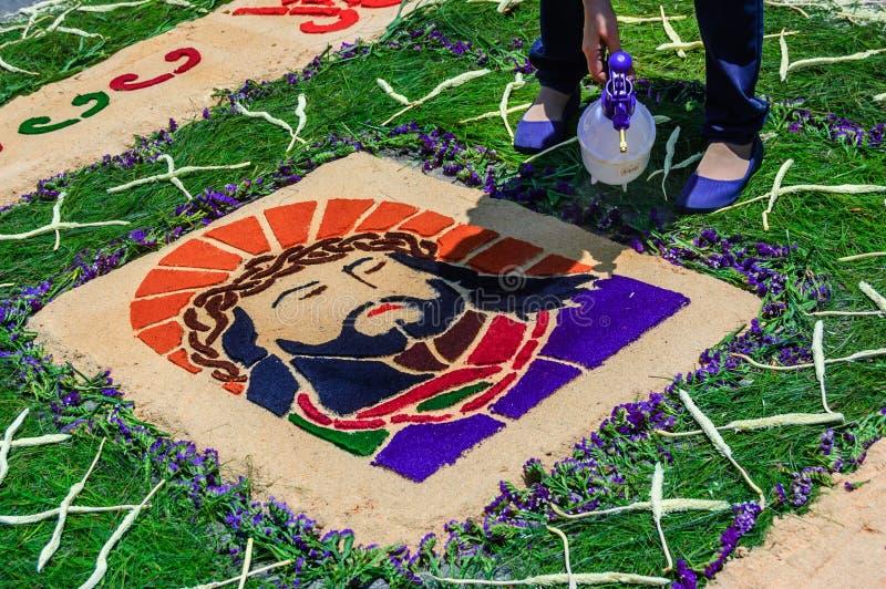 Agua de rociadura en la alfombra de la semana santa, Antigua, Guatemala foto de archivo libre de regalías