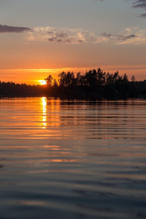 Agua de un lago del bosque en la puesta del sol fotografía de archivo