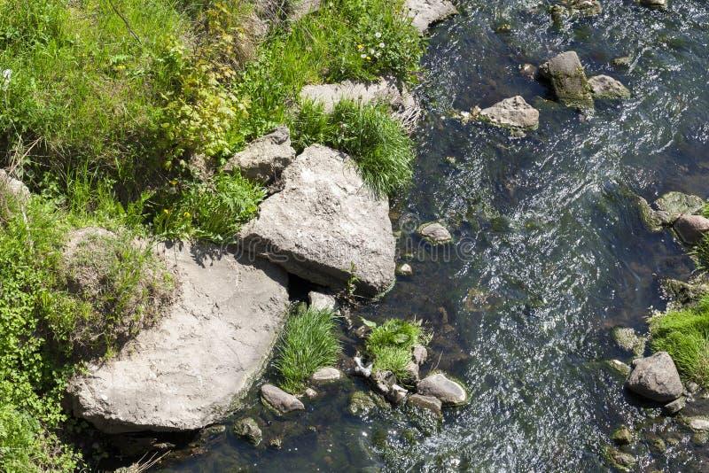 Agua de un pequeño río fotos de archivo