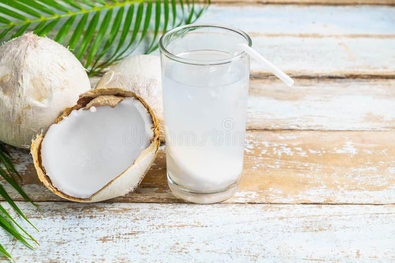 Agua del coco y coco fresco para la salud imagen de archivo libre de regalías