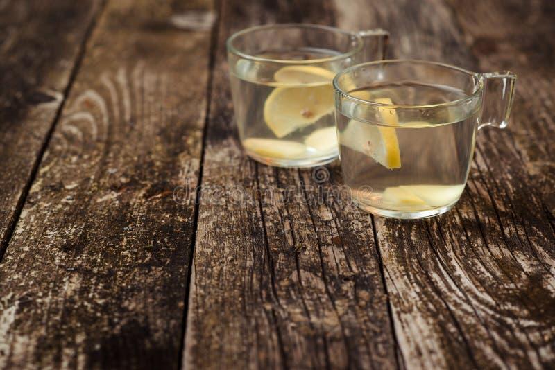 Agua del Detox con el limón y el jengibre en dos tazas de cristal imagenes de archivo