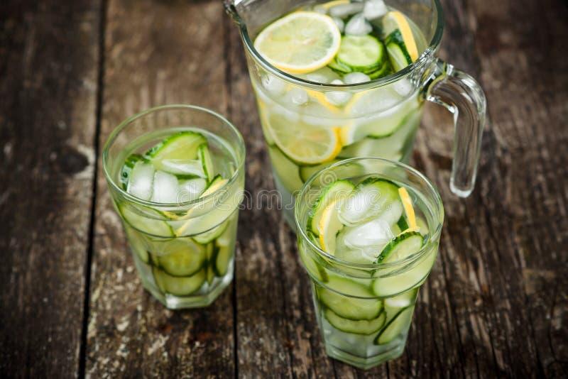 Agua del Detox con el pepino y el limón imágenes de archivo libres de regalías