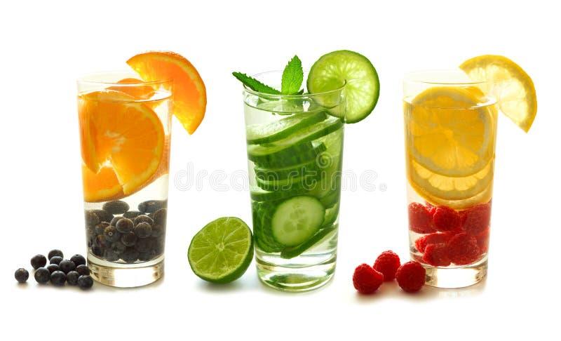Agua del Detox con la fruta en blanco fotografía de archivo