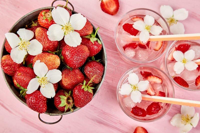 Agua del detox de la fresa con la flor del jazmín Bebida o té helada verano Limonada con la baya Agua condimentada en vidrios con foto de archivo libre de regalías