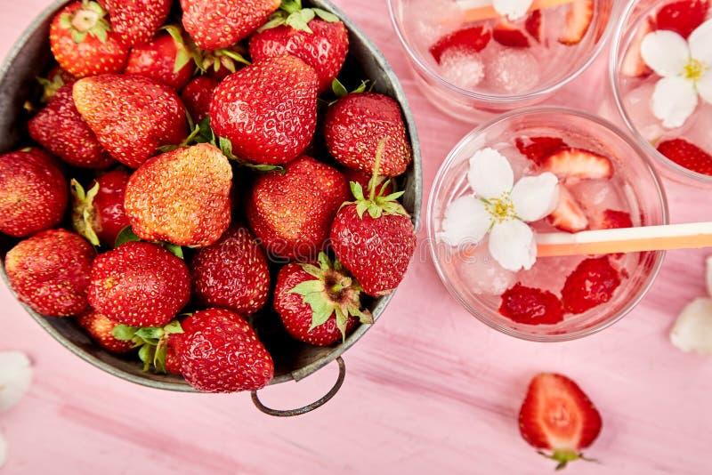 Agua del detox de la fresa con la flor del jazmín Bebida o té helada verano Limonada con la baya Agua condimentada en vidrios con imagen de archivo libre de regalías