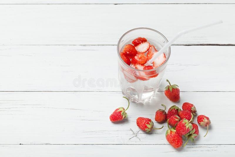Agua del detox de la fresa, fruta de la rebanada, vidrio Copie el espacio para el texto fotografía de archivo libre de regalías