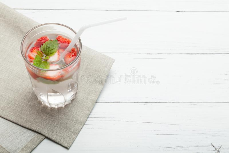 Agua del detox de la menta y de la fresa, fruta de la rebanada, vidrio Copie el espacio para el texto imagen de archivo