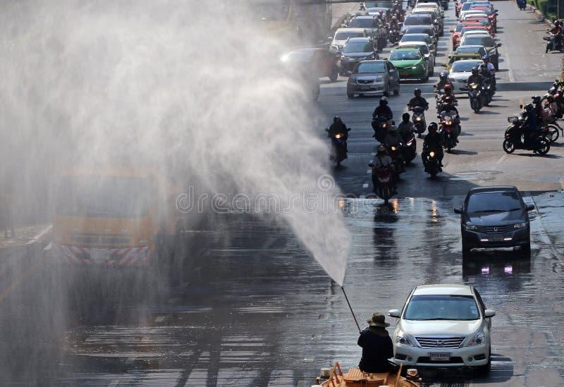 Agua del espray del trabajador al aire imagen de archivo
