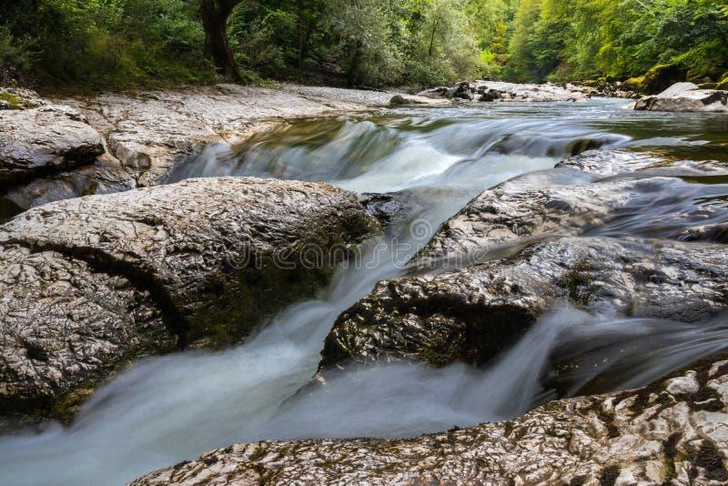 Agua del flujo en el río francés imágenes de archivo libres de regalías