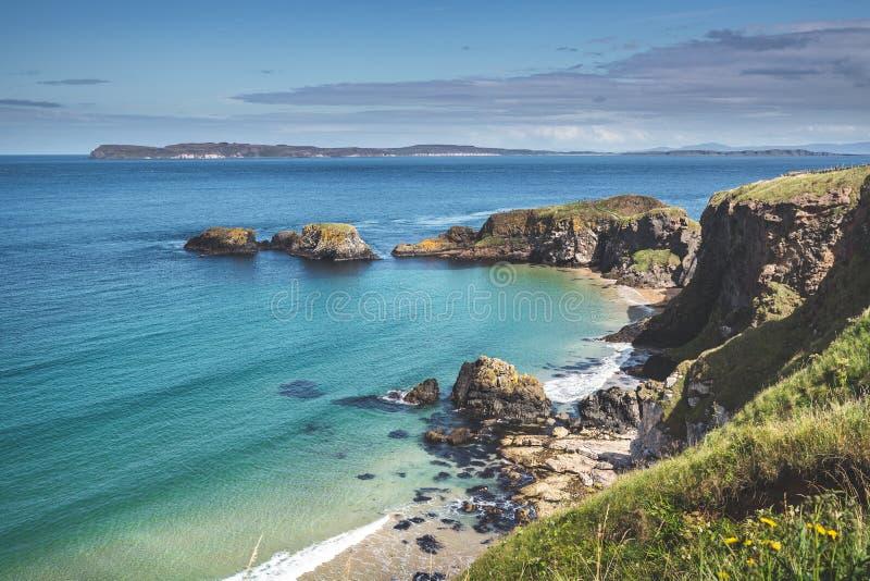 Agua del océano de la turquesa que lava la orilla irlandesa fotografía de archivo libre de regalías