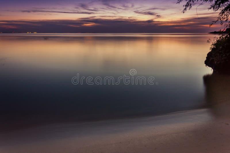 Agua del paisaje de Seacape con puesta del sol y el cielo en crepúsculo foto de archivo