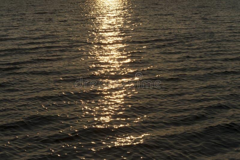 agua del paseo de la puesta del sol imagen de archivo
