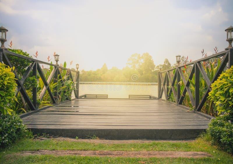 Agua del puente con luz del sol imagen de archivo