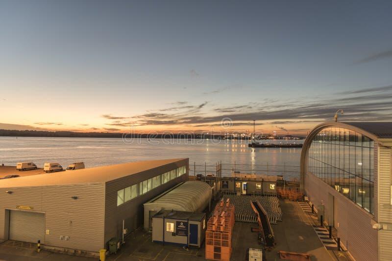 Agua del terminal y de Southampton del océano en la oscuridad imagen de archivo libre de regalías