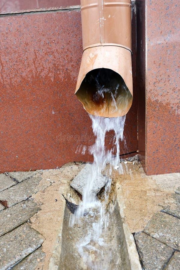 Agua del tubo de desagüe fotografía de archivo