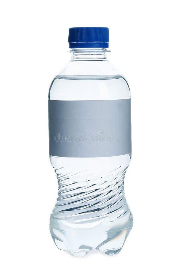 Agua dulce en botella plástica con la etiqueta vacía en el fondo blanco imagen de archivo libre de regalías