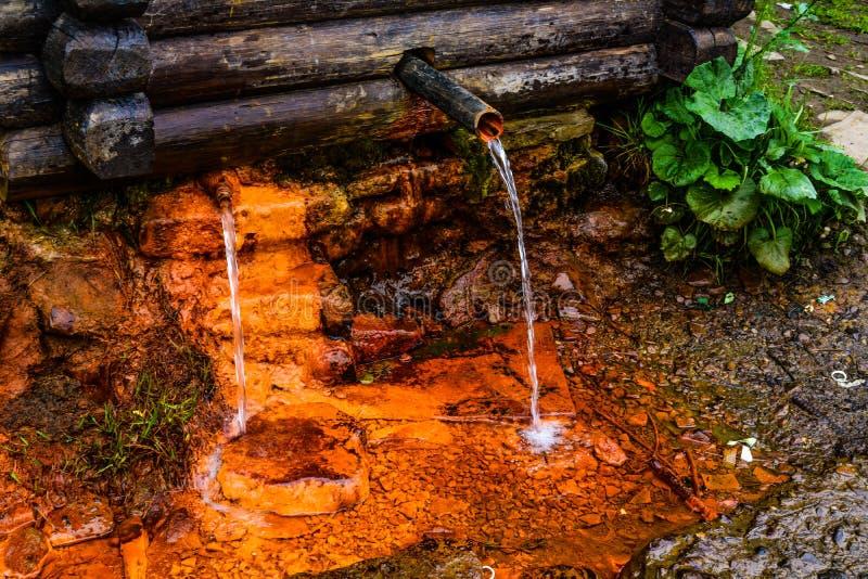 Agua dulce llena de hierro imagenes de archivo