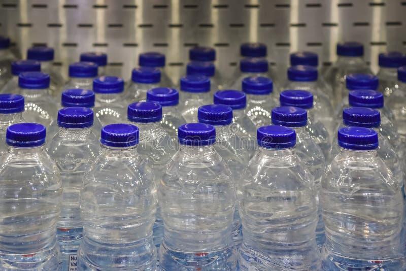 Agua embotellada en refrigerador en supermercado fotografía de archivo