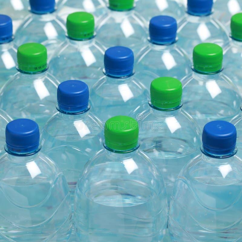 Agua en botellas plásticas foto de archivo