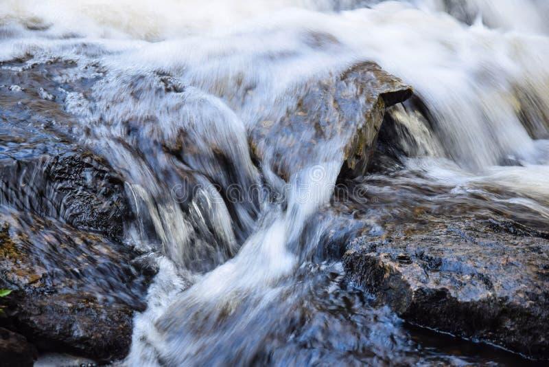 Agua en el movimiento del flujo fotografía de archivo libre de regalías