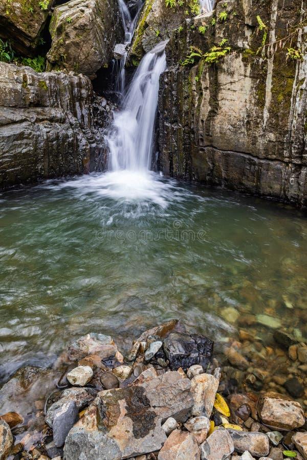 Agua en el rastro a Juan Diego Falls imagen de archivo libre de regalías