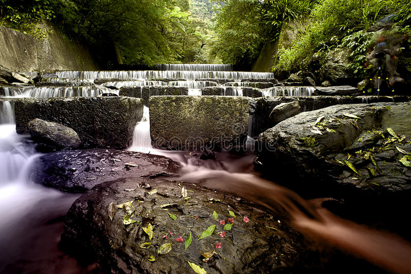 Agua fluído en la montaña imágenes de archivo libres de regalías