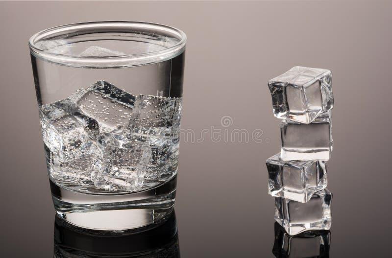 Agua fría con hielo fotos de archivo