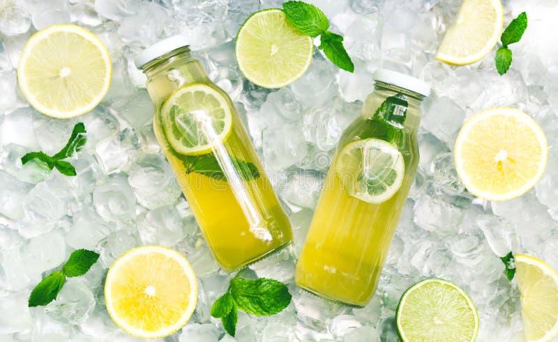 Agua fresca del detox del cucamber del limón en el tarro de cristal en el hielo foto de archivo libre de regalías