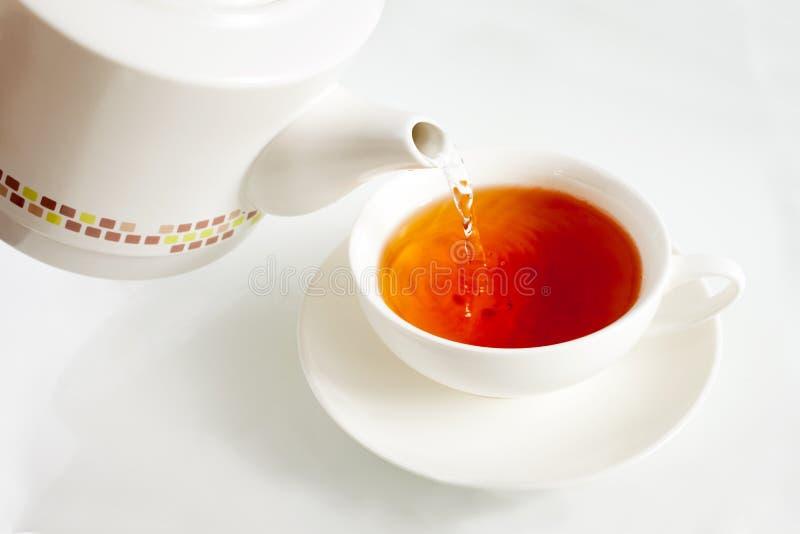 Agua hirvienda de colada en una taza de té fotos de archivo