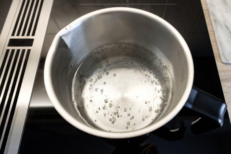 Agua hirvienda en un pote inoxidable del stelle fotos de archivo libres de regalías