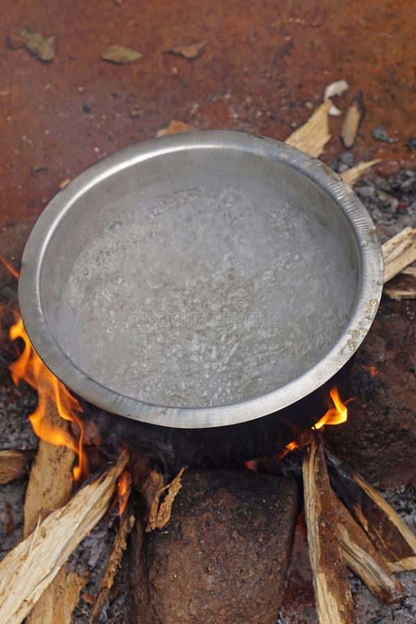 Agua hirvienda sobre el fuego imágenes de archivo libres de regalías