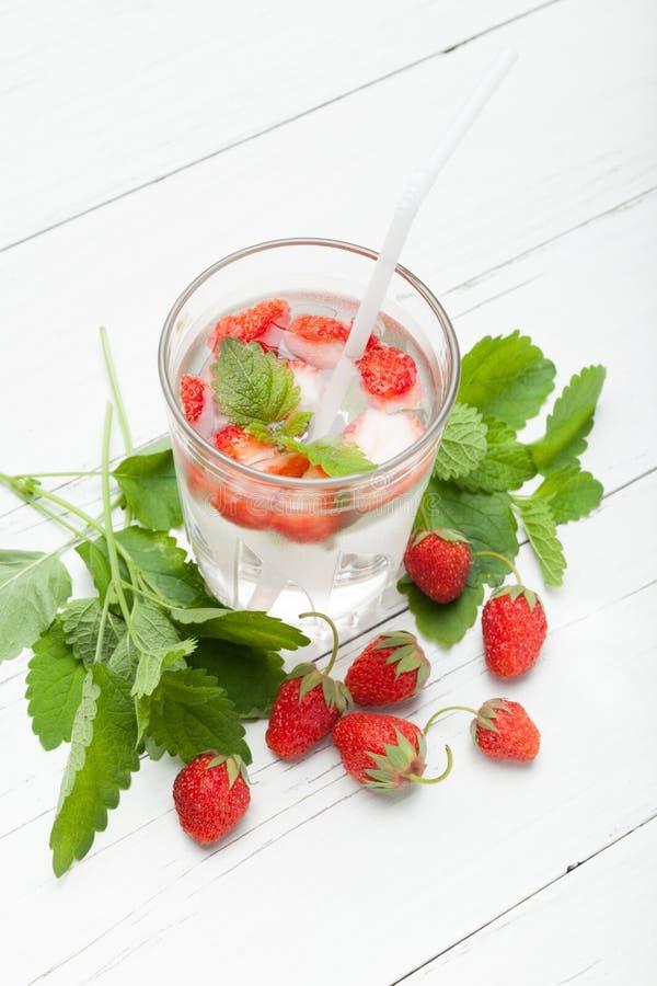 Agua infundida de la fruta, dieta antioxidante de la fresa, bebida del detox imagen de archivo libre de regalías