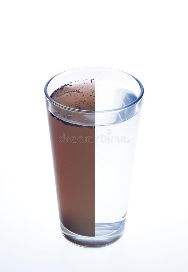 Agua limpia y sucia en un vidrio aislado en whi imagenes de archivo