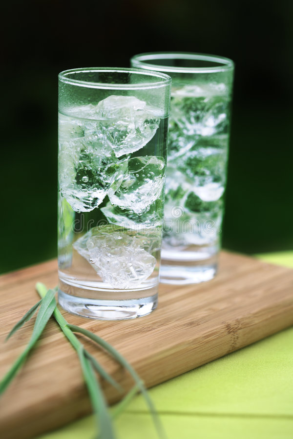 Agua mineral chispeante con los icecubes fotos de archivo libres de regalías