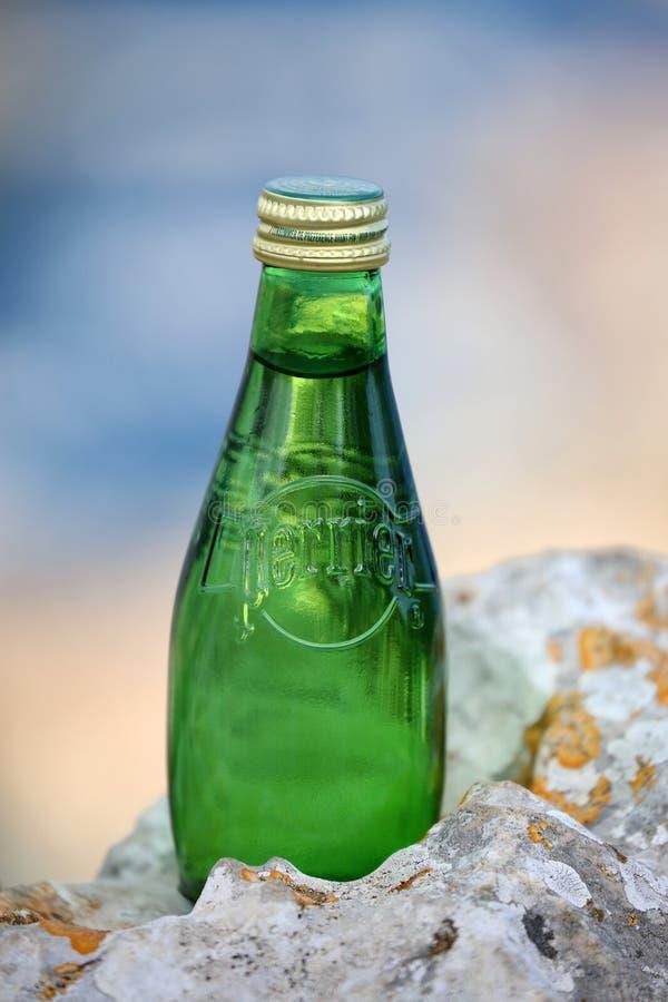 Agua mineral natural chispeante de Perrier imágenes de archivo libres de regalías