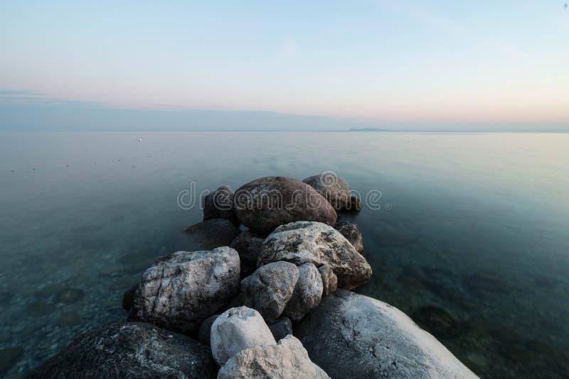 Agua pacífica en el lago Garda foto de archivo