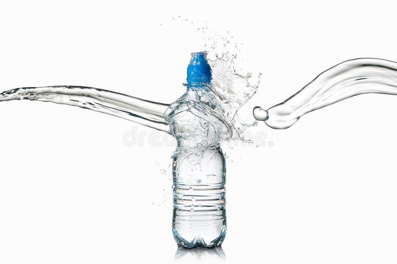 Agua Pequeña botella de agua plástica con descensos y chapoteo del agua encendido foto de archivo libre de regalías