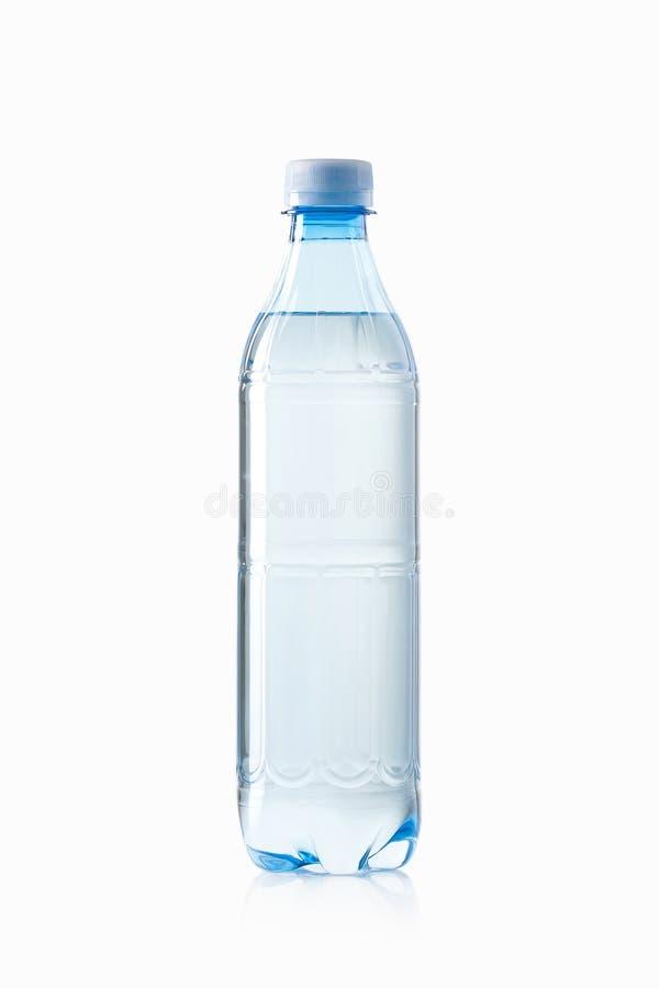 Agua Pequeña botella de agua plástica en el fondo blanco foto de archivo libre de regalías