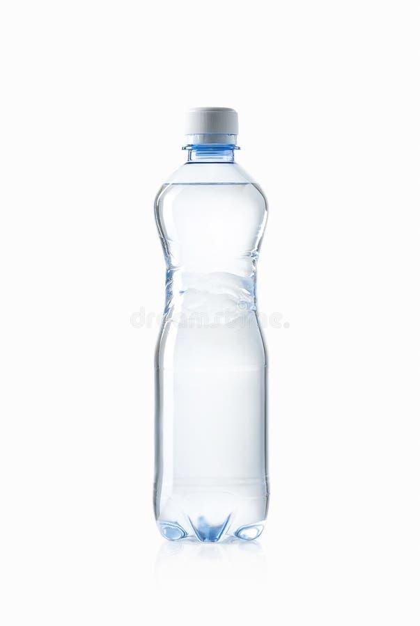 Agua Pequeña botella de agua plástica en el fondo blanco fotos de archivo libres de regalías