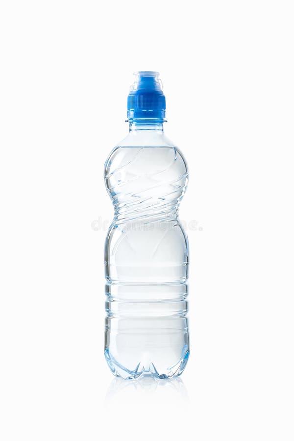 Agua Pequeña botella de agua plástica en el fondo blanco imágenes de archivo libres de regalías