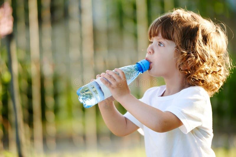 Agua potável bebendo da menina da garrafa foto de stock
